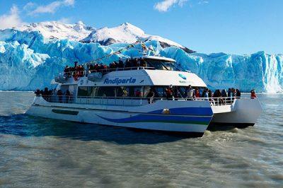 Perito-Moreno-at-Sunset-with-boat-navigation-01